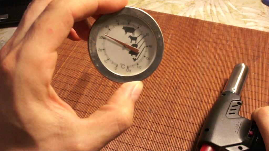 Термометр и копченое мясо